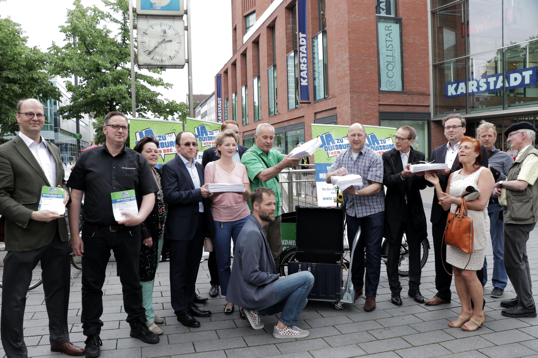 Bündnis übergibt mehr als 22.000 Unterschriften an Verwaltung
